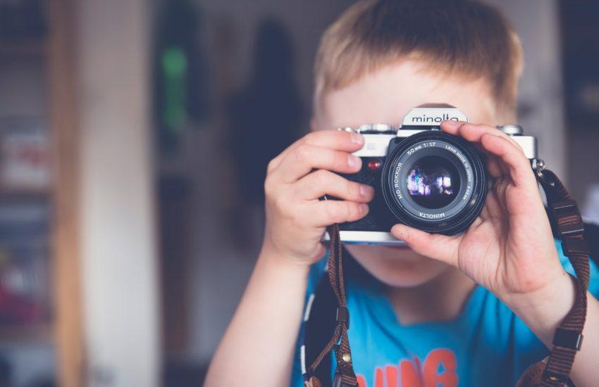 Dečak sa foto-aparatom, slika: https://www.pexels.com