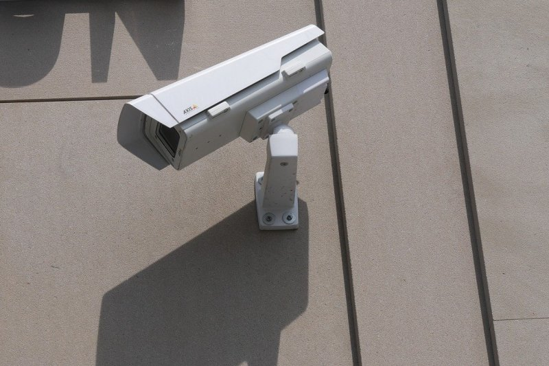 kamera-na-zidu-ispred-ulaznih-vrata