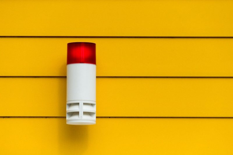 lampa-sa-alarmom-na-zidu-pored-garaze