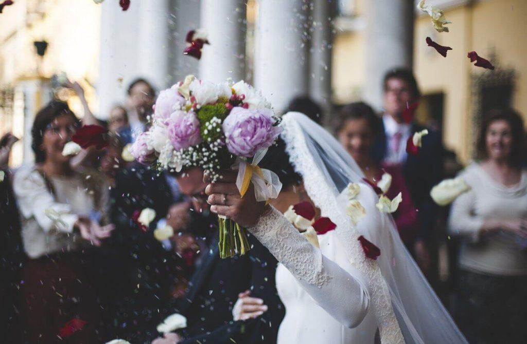 svadba-mlada-mladozenja-vencanje-bidermajer-gosti-sala