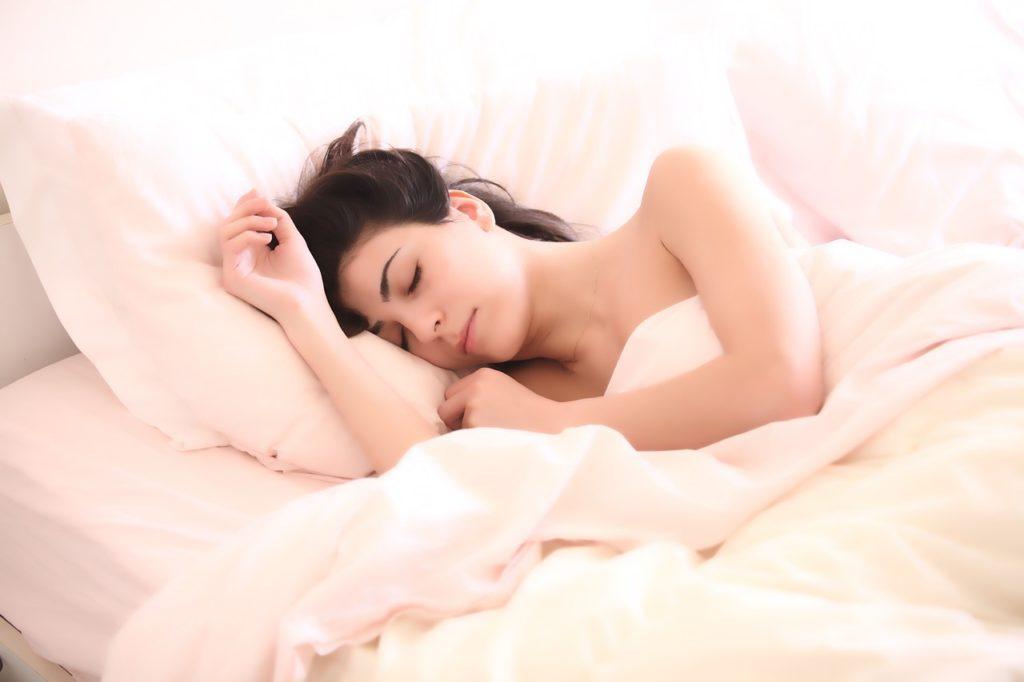 zena-krevet-spavanje